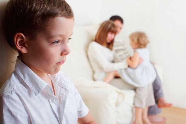 Ciúme do irmão mais novo pode ser amenizado