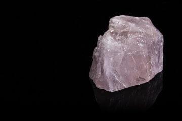 Quartzo rosa: significado, para que serve e como usar a pedra