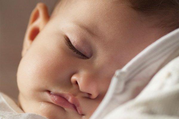 Paninho no rosto ajuda bebê a dormir