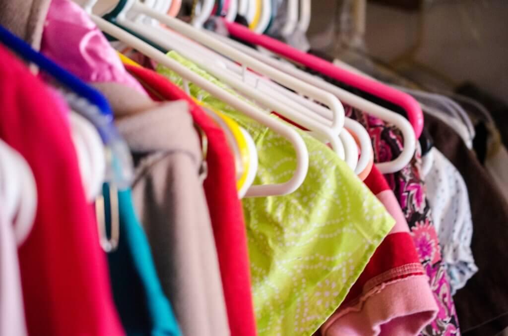 Guarda-roupa bagunçado pode afetar vida financeira