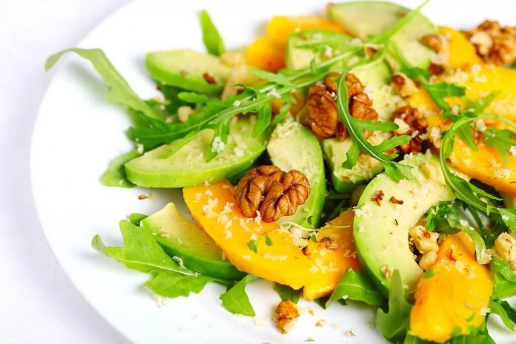 Receita de salada de manga com castanhas e vinagrete de frutas amarelas