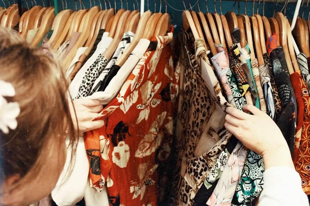 Dicas para organizar guarda-roupa com o que tem em casa