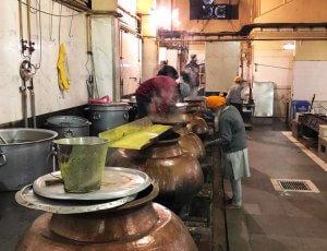 Cozinha na Índia que serve almoço, café da tarde e jantar para milhares de pessoas todos os dias