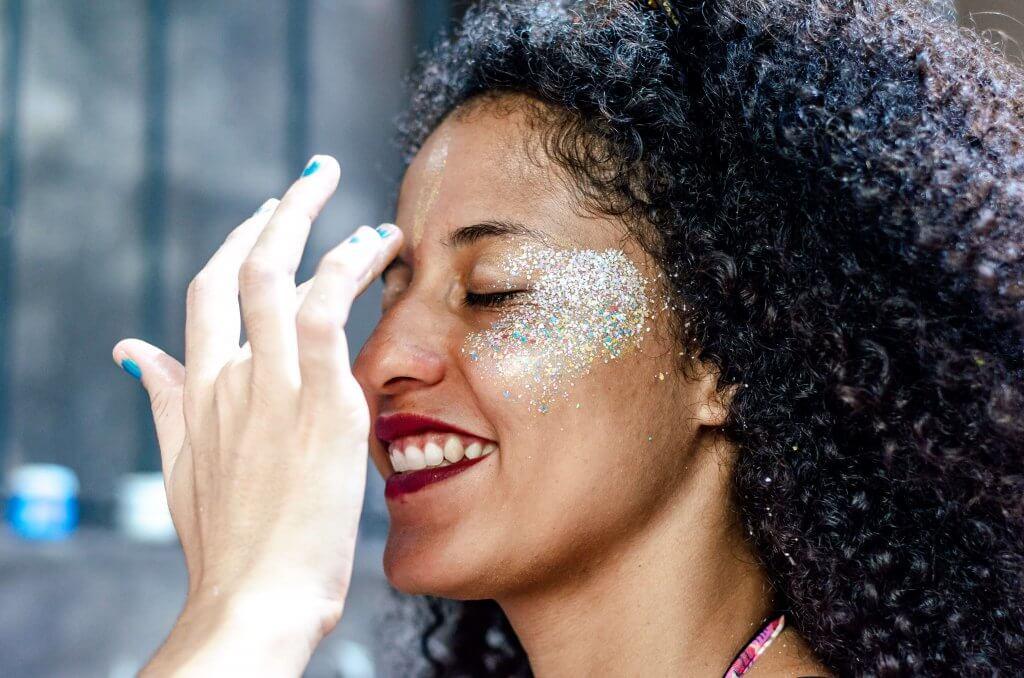 Aprenda a fazer maquiagem de carnaval com glitter ecológico