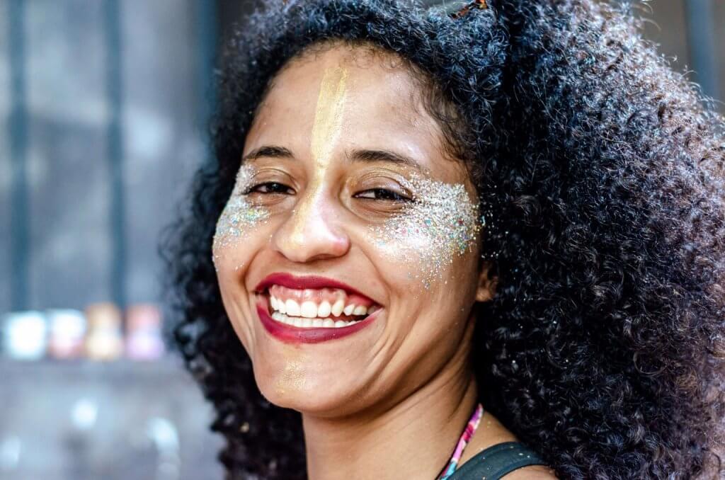 Maquiagem de carnaval usando glitter ecológico