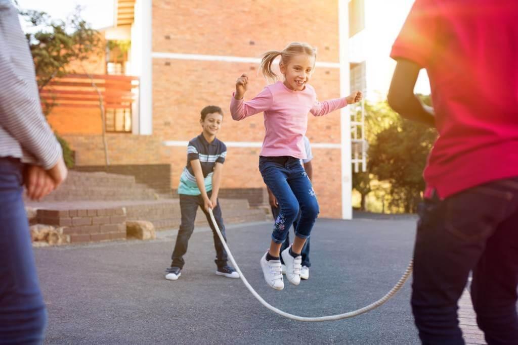 Brincadeiras ao ar livre: fonte de autoconfiança