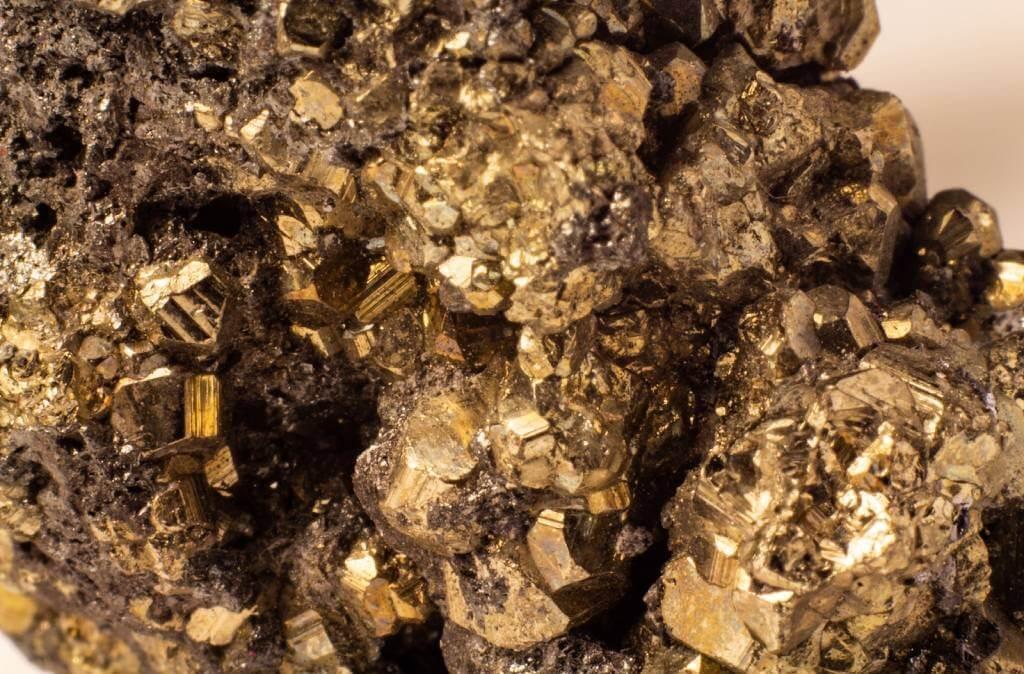 Feng Shui indica cristais e pedras para a área de trabalho e carreira no seu lar