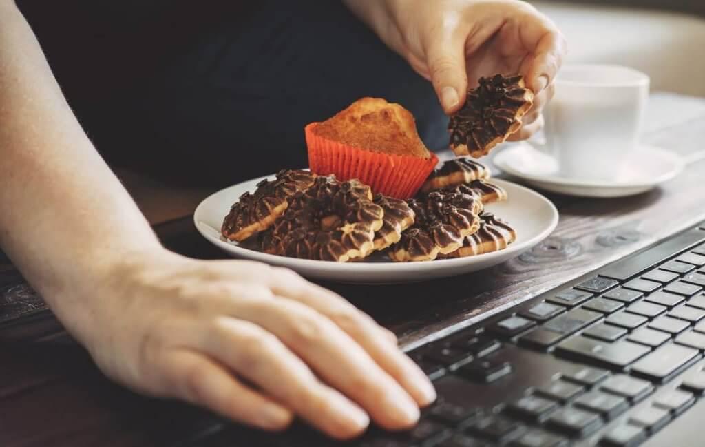 Entenda a relação entre compulsão alimentar e fome emocional