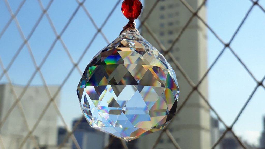 Aprenda a usar o cristal multifacetado para equilibrar as energias da sua casa
