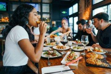 4exercícios de Mindful Eating ao comer fora de casa