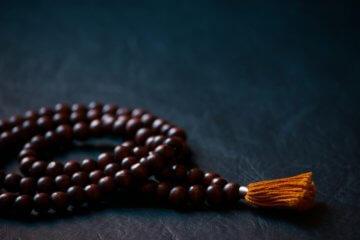 Japamala: o que é e como meditar com o colar